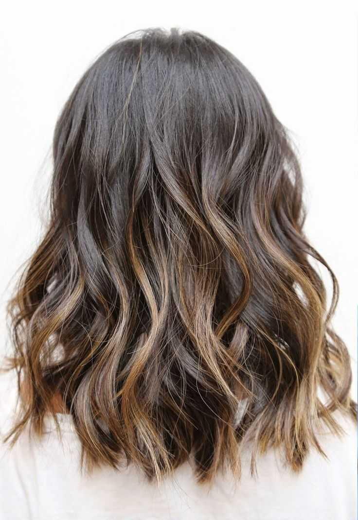 Beachy ondulado peinado de cabello hasta los hombros