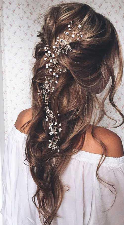 Mejores Peinados Prom abajo para el pelo largo con flores pequeñas