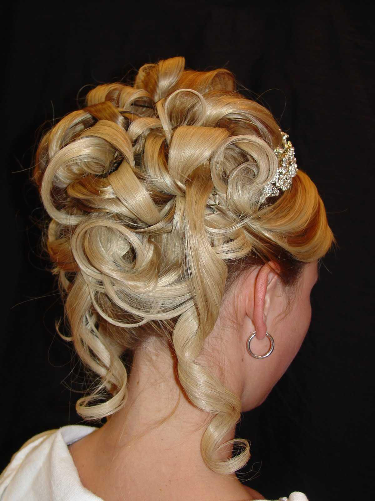 La dama de honor Updo peinados para el pelo largo