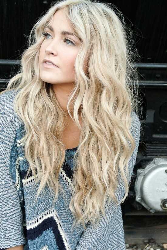 encantador de largo ondulado peinado de pelo rubio