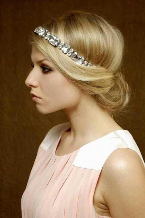 Medio recogido dama de peinado con diadema para el pelo largo