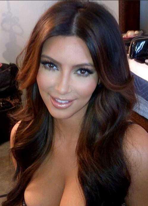 Kim Kardashian largo atractivo del peinado con capas