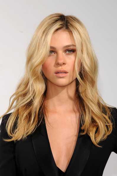 Nicola Peltz largo Despeinado largo ondulado peinado y maquillaje nude