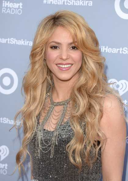Shakira fluye ondulada larga de corte y maquillaje nude