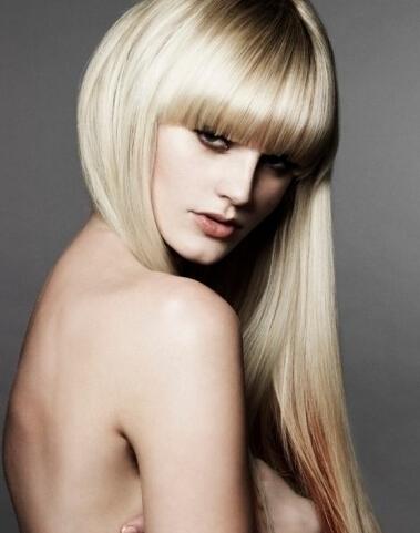 liso y suave corte de pelo con flequillo recto