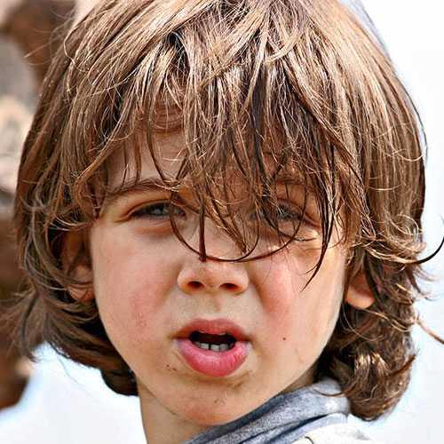Cortes de pelo del muchacho del niño