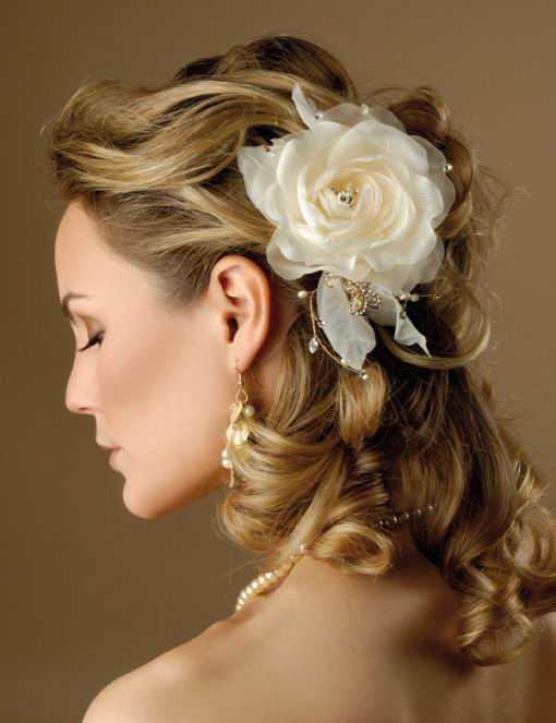 Los peinados de boda para el pelo largo con las flores