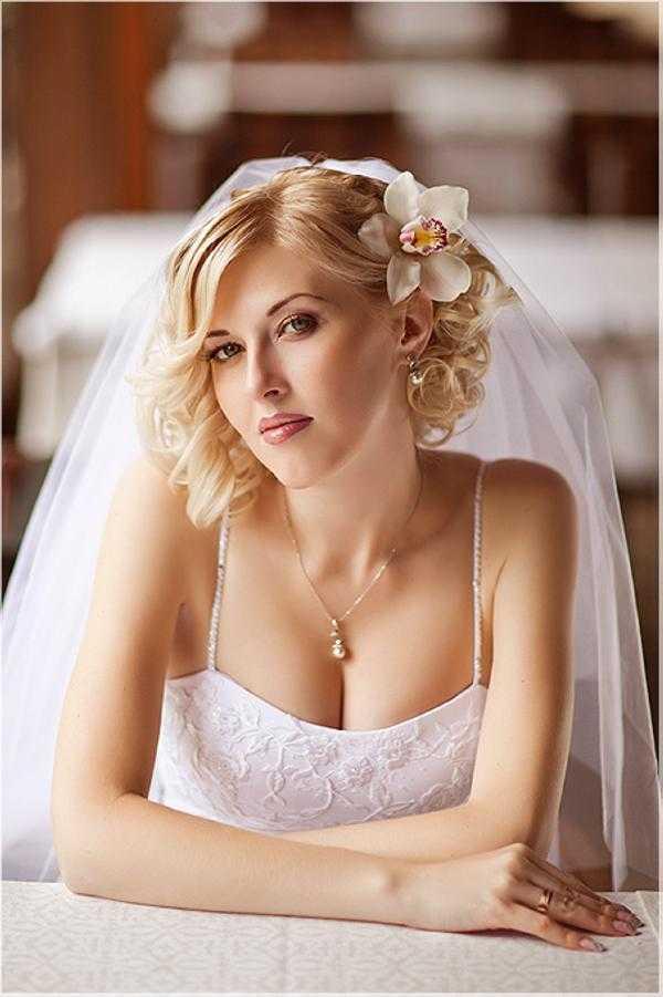 Los peinados de boda para el pelo corto con el velo