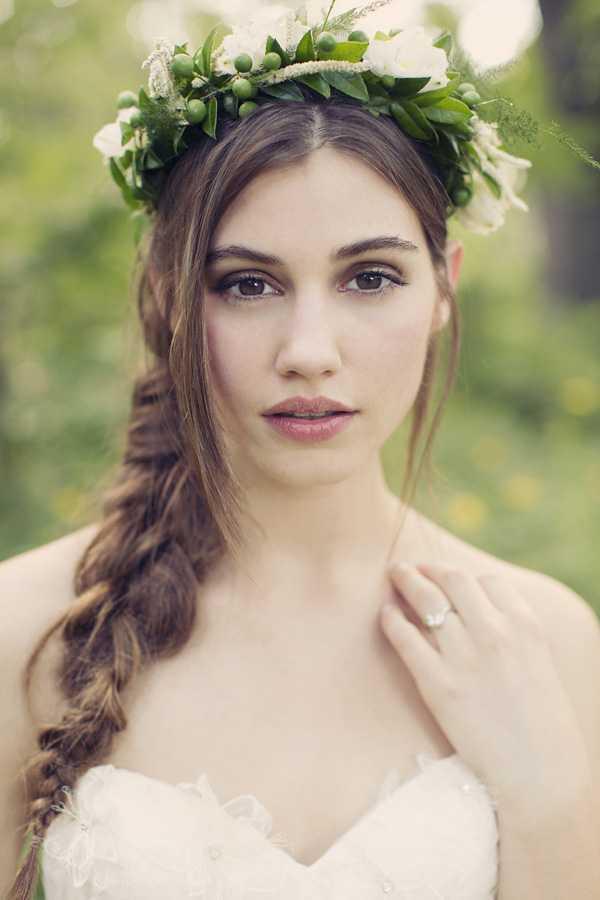 Los peinados de boda con las trenzas y las flores