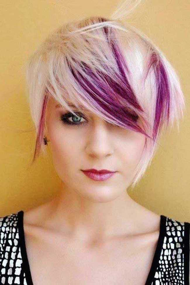 moda del pelo corto con luces púrpuras