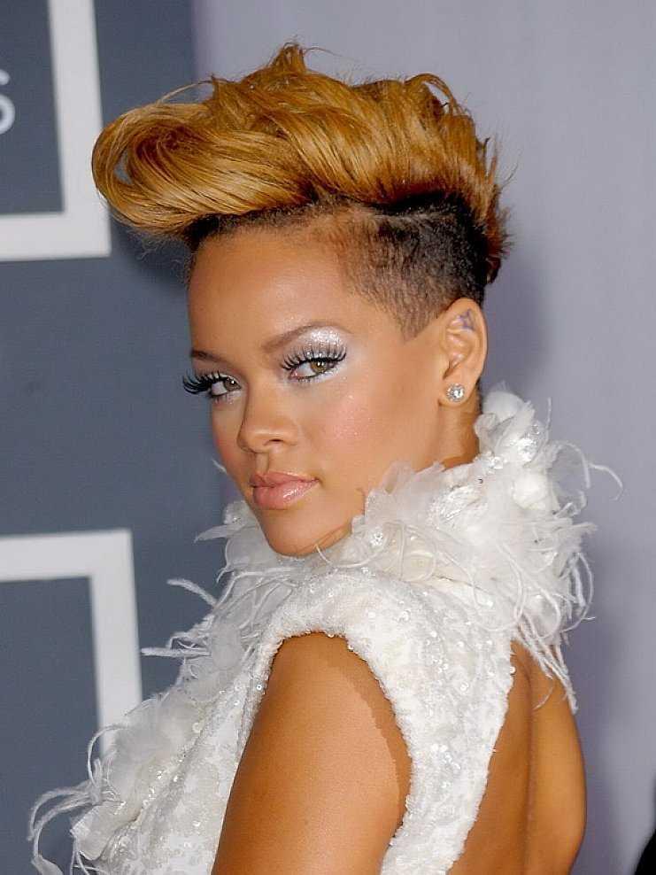 cortes de pelo corto punk con el pelo de color marrón para las mujeres afroamericanas