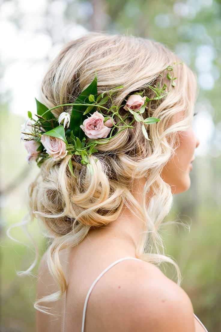 Los peinados de boda romántico con flores
