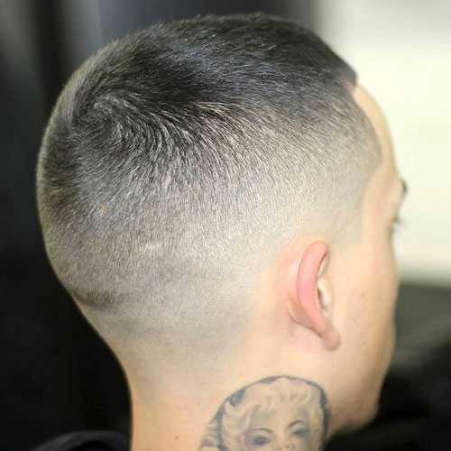Hombres muy cortos de corte de pelo - corte del zumbido