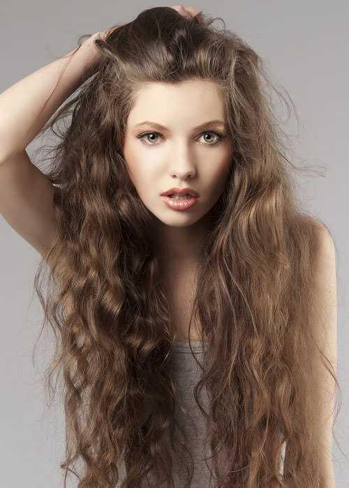largos cortes de pelo rizado