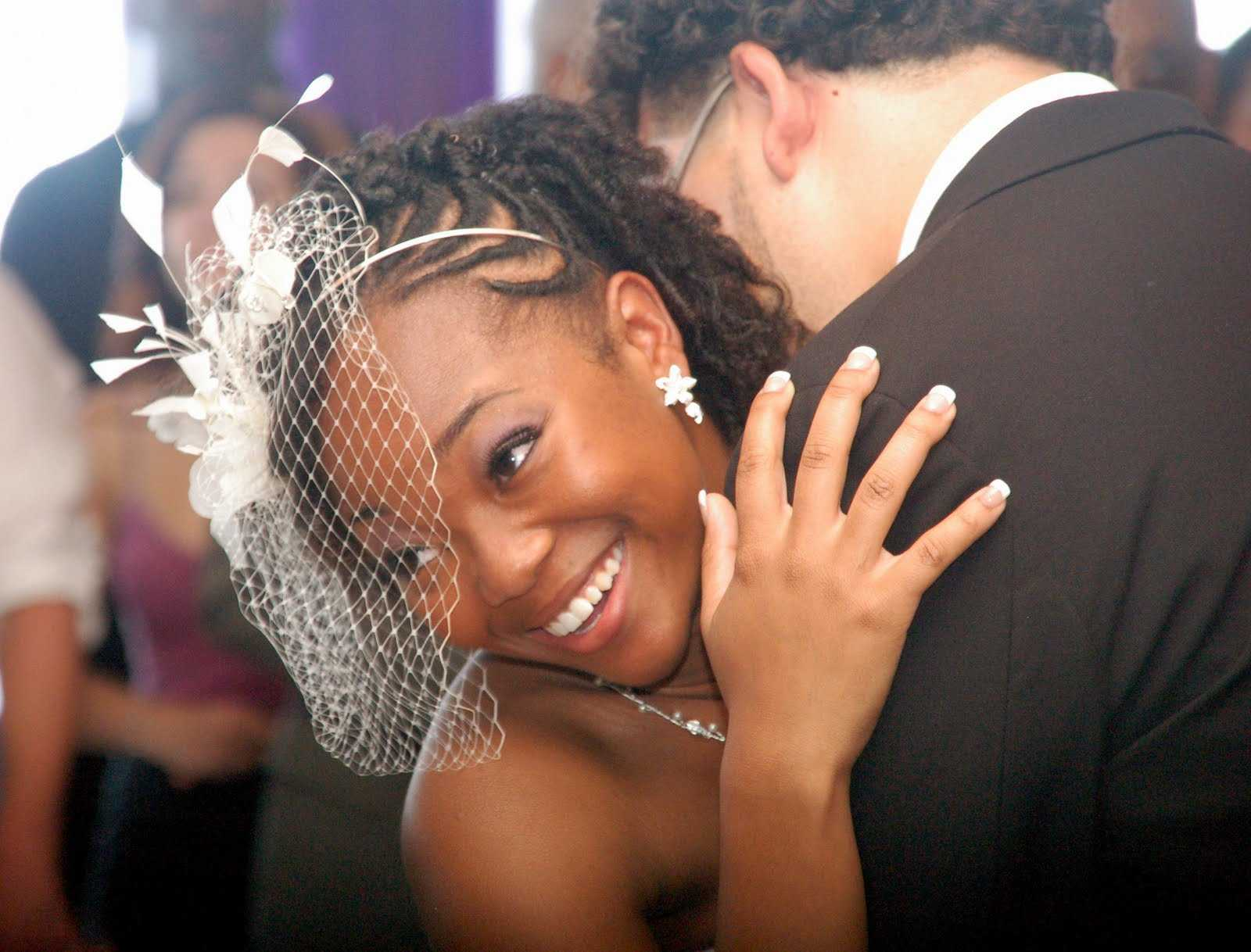 peinados de novia con velo negro