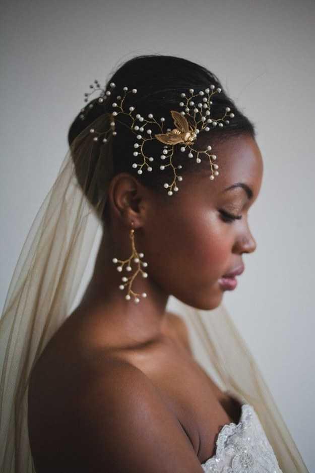 peinados negros combinados con accesorios glamorosos
