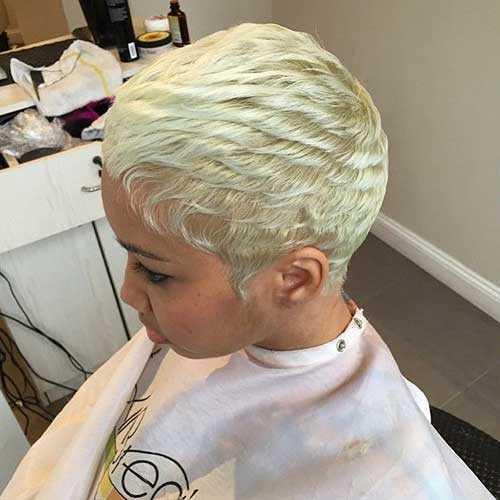 rubia de pelo corto
