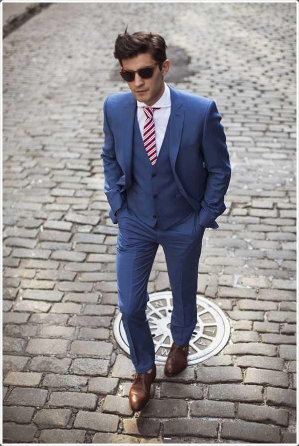 Una corbata a rayas rojo y blanco a la perfección con el traje azul.