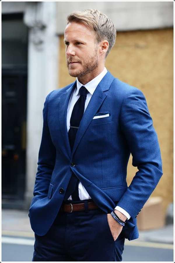 hacerse mirada con clase con sólo poner en un traje azul.