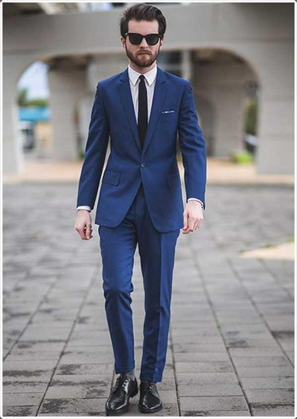 Obtener toda la atención en sí mismo mediante el uso de un traje azul.