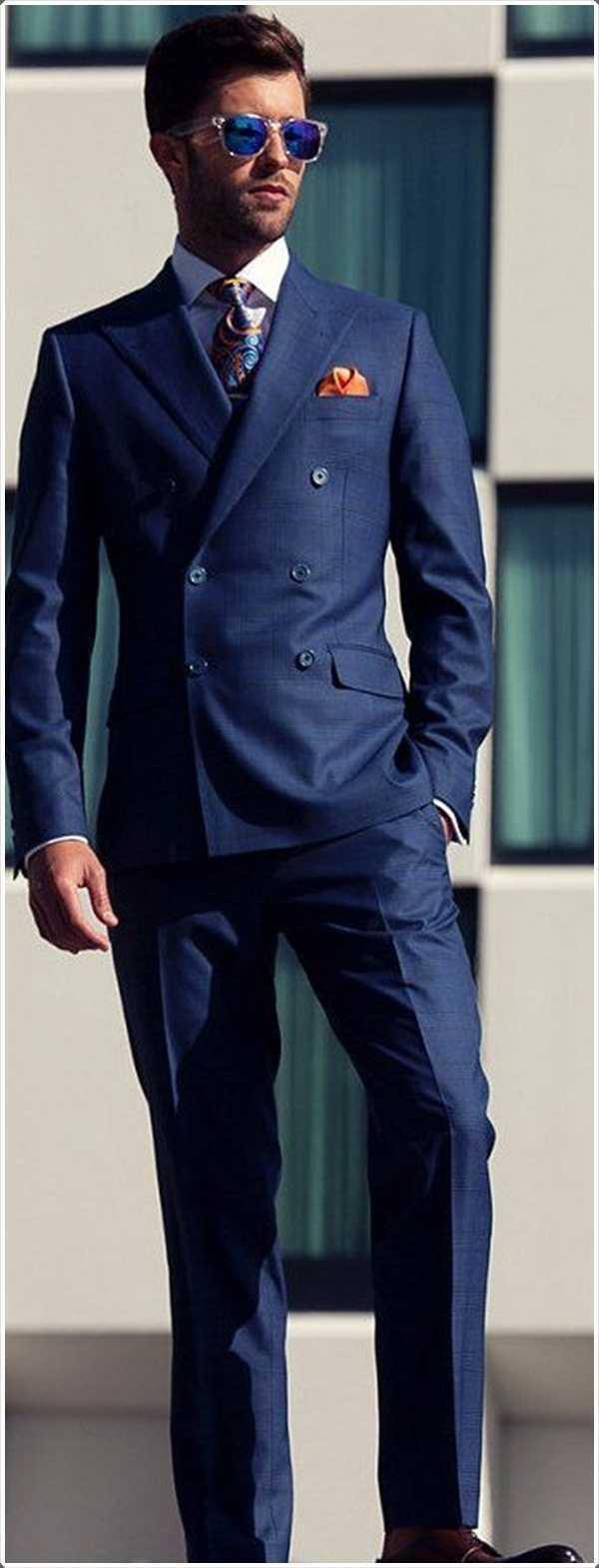 Consigue un traje azul perfectamente adaptado y se vea mejor