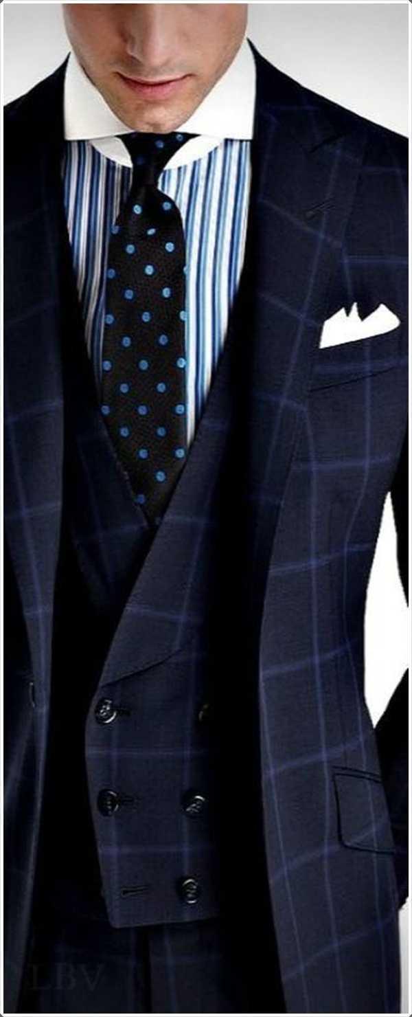 la camisa de rayas va por debajo perfectamente con el traje azul a rayas
