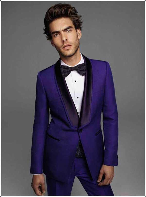 solapas de color oscuro en un traje azul marino le dan un aspecto muy de moda!