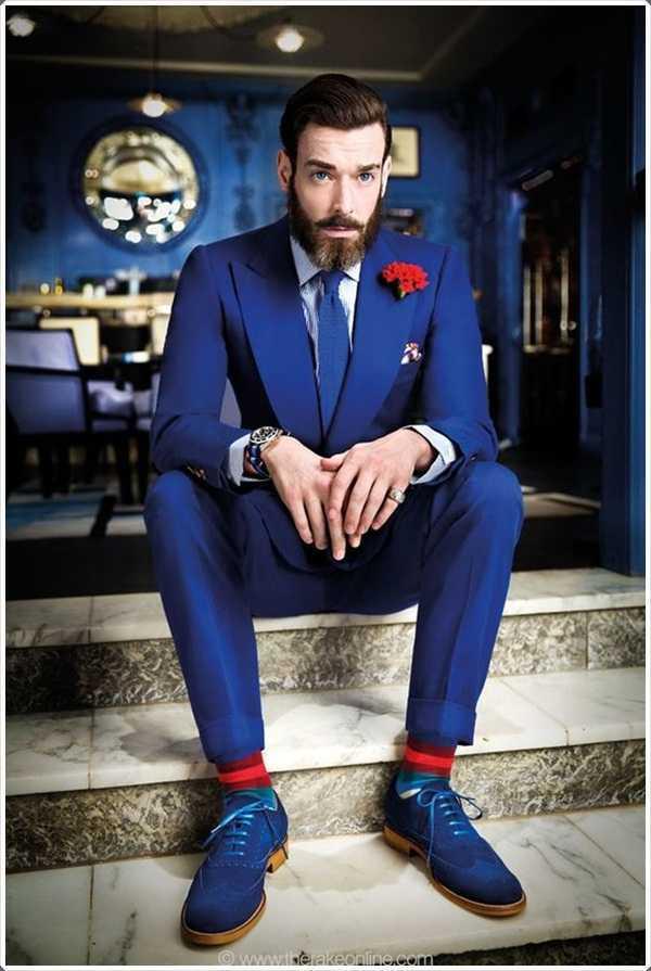 trajes azules van con una barba demasiado