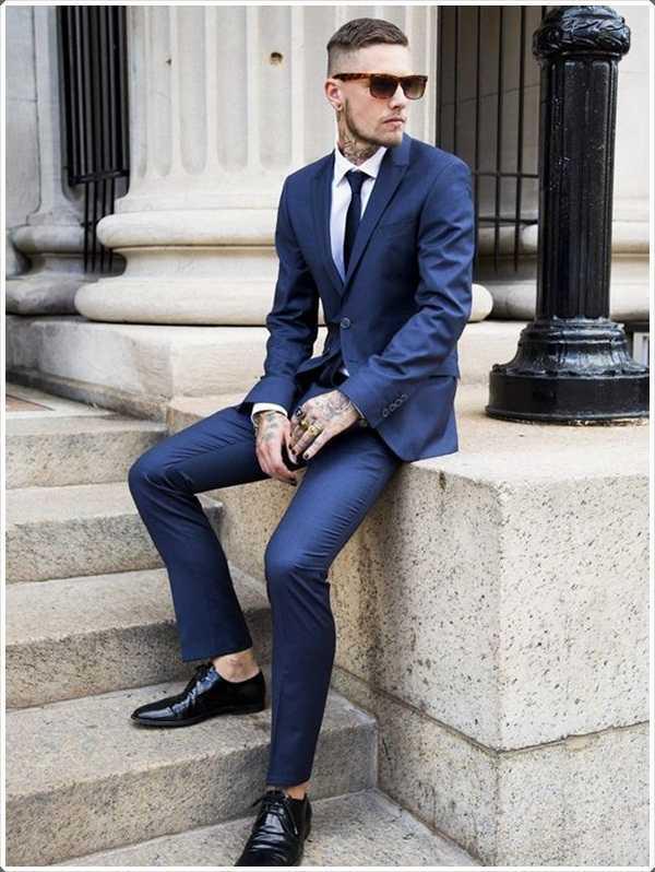 Usan un traje azul sencilla sólo para mirar de buen tono.