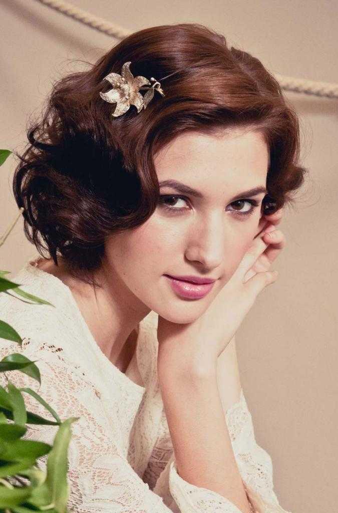 Los peinados de boda retro con flor de la perla