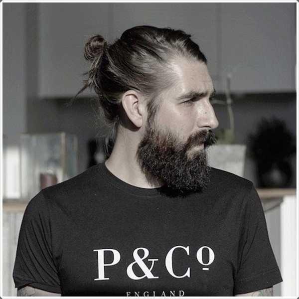 Cola de caballo con una barba corta le da un aspecto viril