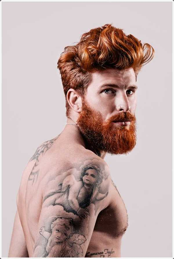 El color marrón similar de pelo y la barba le da un aspecto muy atractivo
