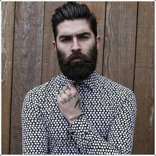 La barba espesa da un aspecto muy agudo.