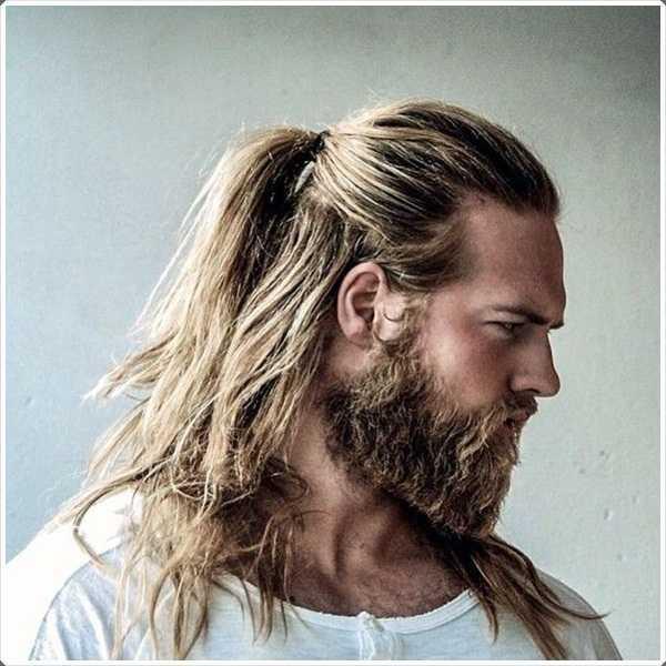 Un rastrojo corto se ve perfecto con el pelo largo