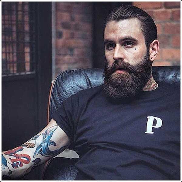 La barba completa con el pelo respaldado gel da un aspecto limpio.