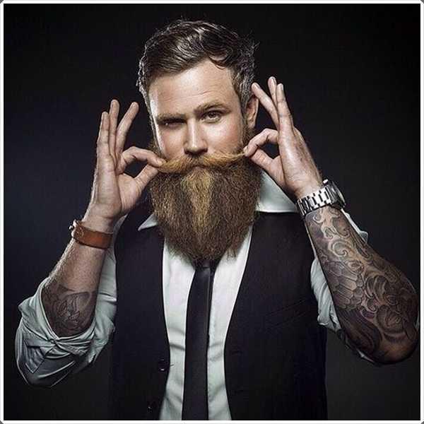 bigote largo con a lo largo de la barba es una combinación perfecta