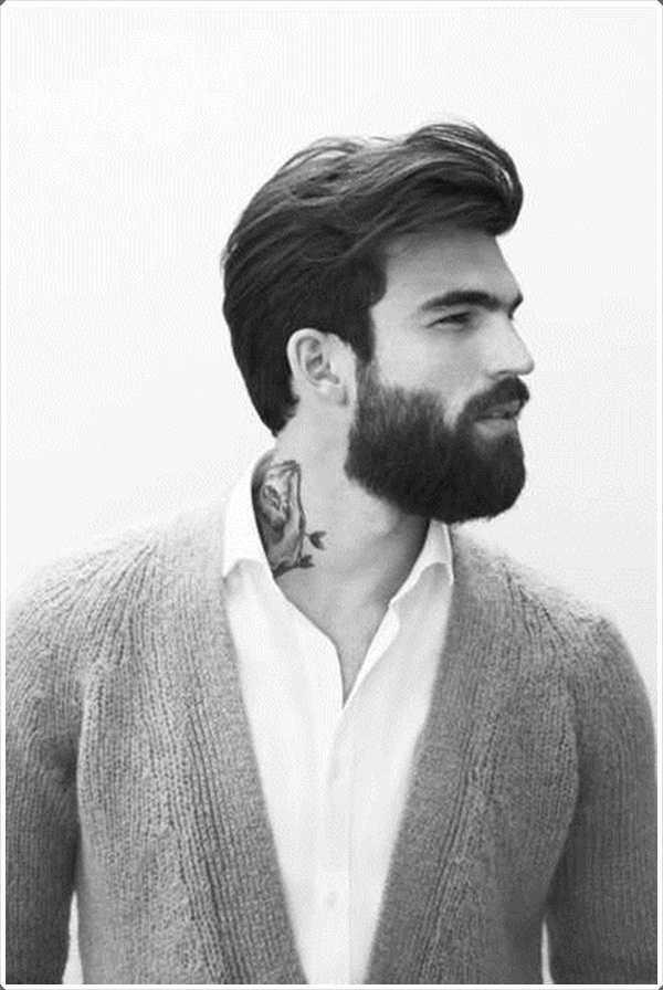 La barba corta con el pelo grueso dan una mirada audaz.