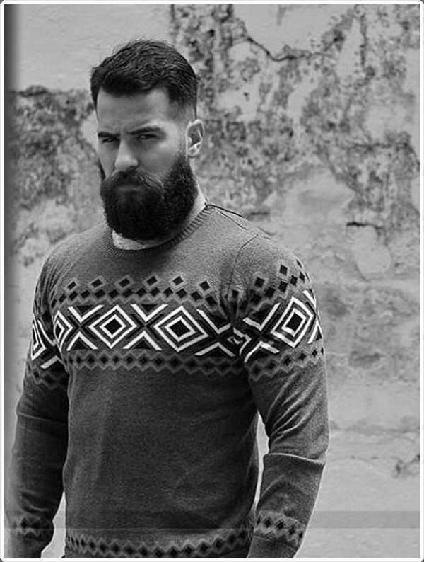 el corte de pelo con el pelo grueso en el medio y pequeño o ningún pelo en los lados y una barba corta le da un aspecto muy grave