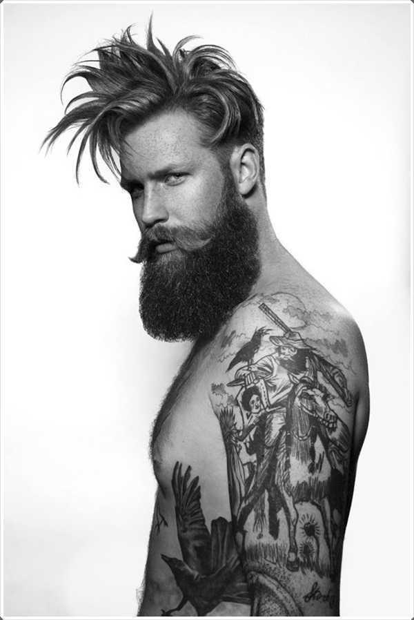 tatuaje completo del cuerpo, el pelo largo, barba y completar el look de motorista