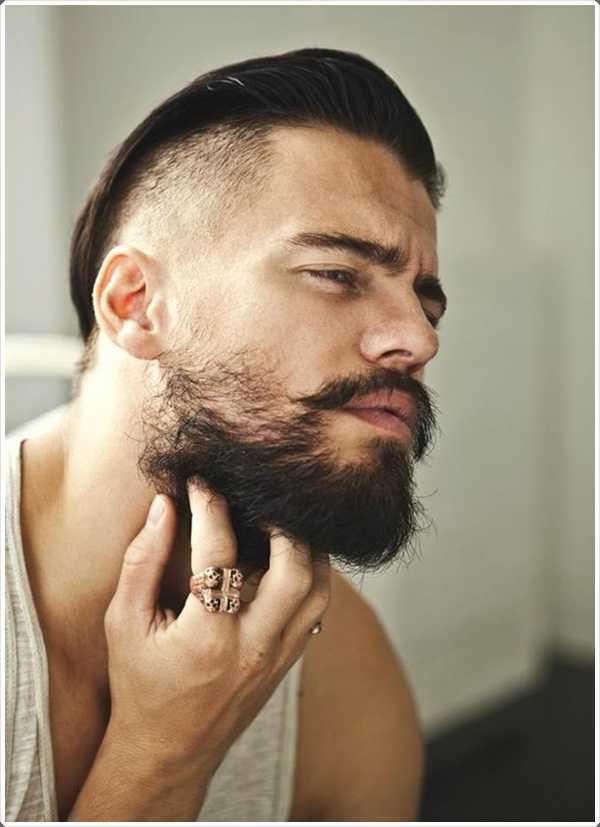 La barba corta con una diferente estilo de pelo