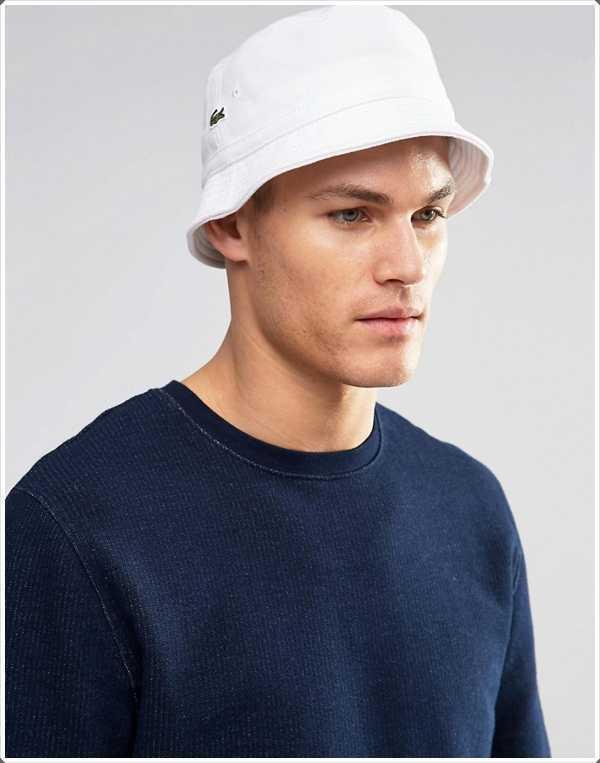 El sombrero del cubo de algodón blanco, parece fresco en días calurosos de verano