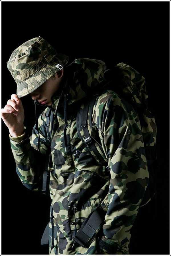 La chaqueta a juego de impresión ejército y sombrero del cubo a la moda !