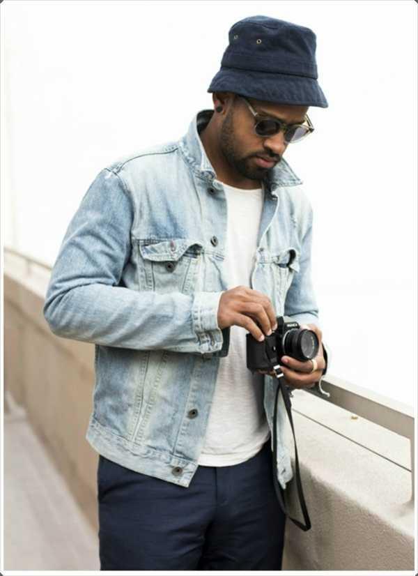 La combinación de una chaqueta de mezclilla luz oscura con sombrero de cubo azul se ve corte limpio