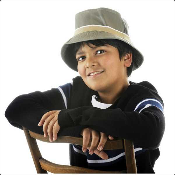 Los niños ven adorables en los sombreros del cubo