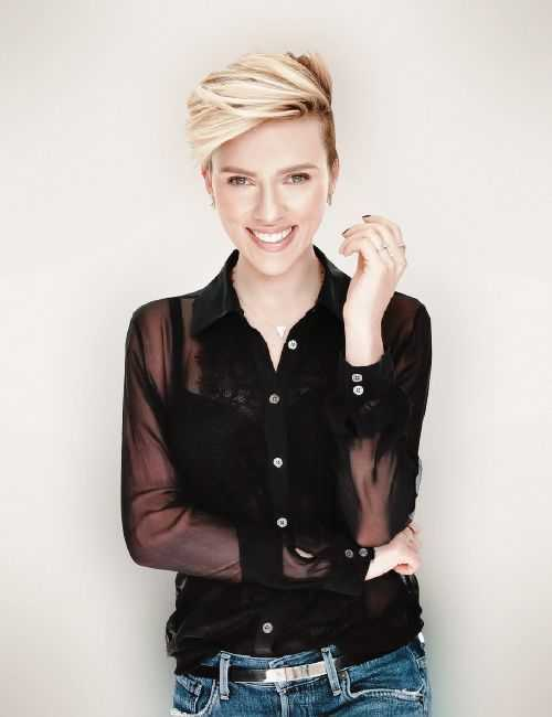 Scarlett Johansson corta el pelo voluminoso