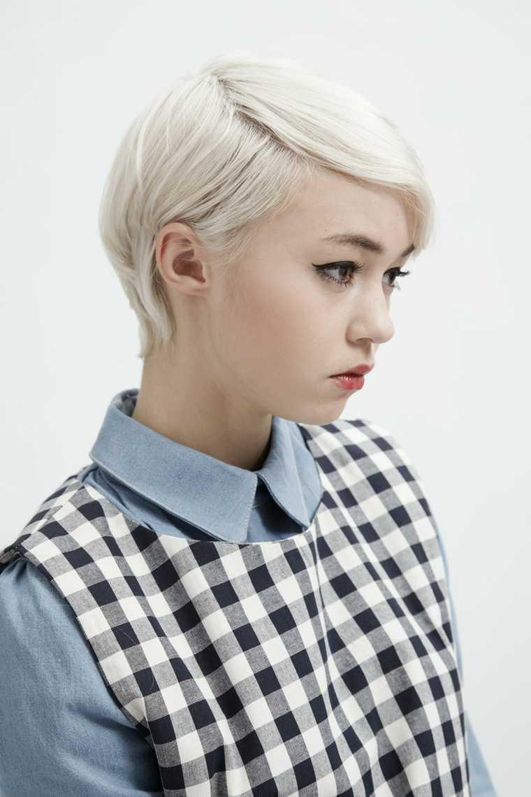 mujer corte de pelo corte de pelo corto sostenía tiende idea