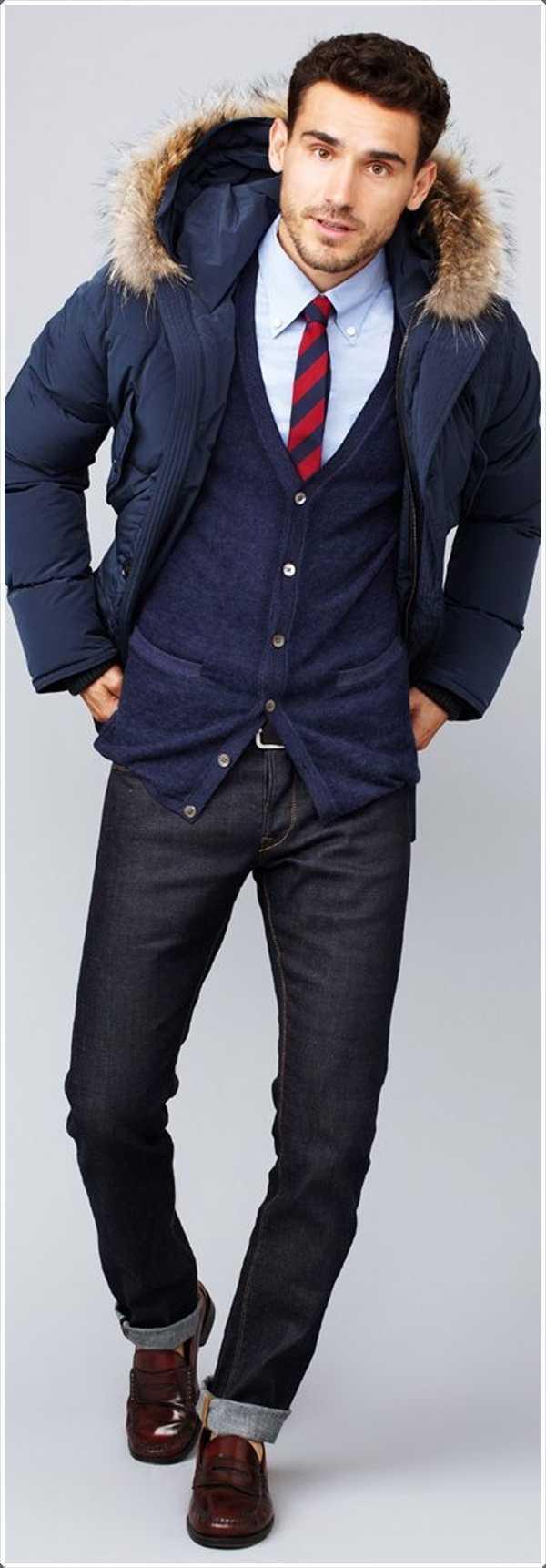 Este corto longitud parka azul con capucha de piel sintética es una buena adición a su guardarropa