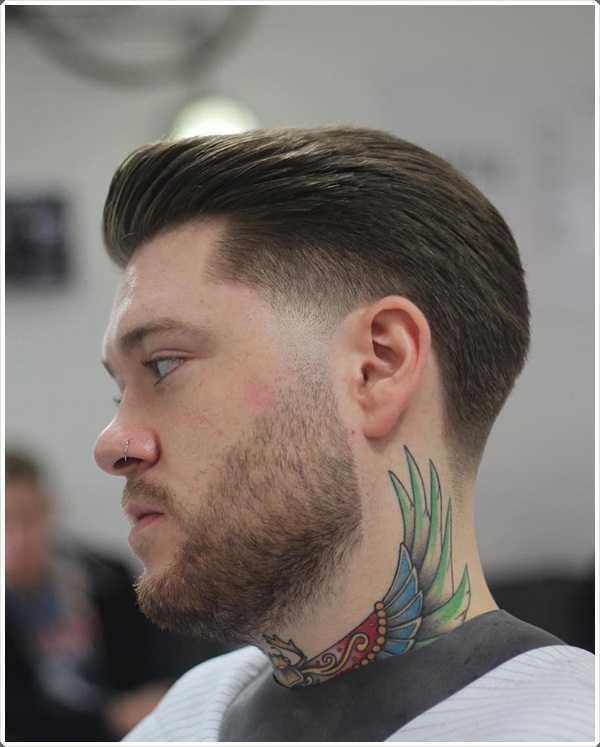 Este es el corte de pelo clásico para hombres con el cabello peinado hacia atrás con la ayuda de un fundido cónico
