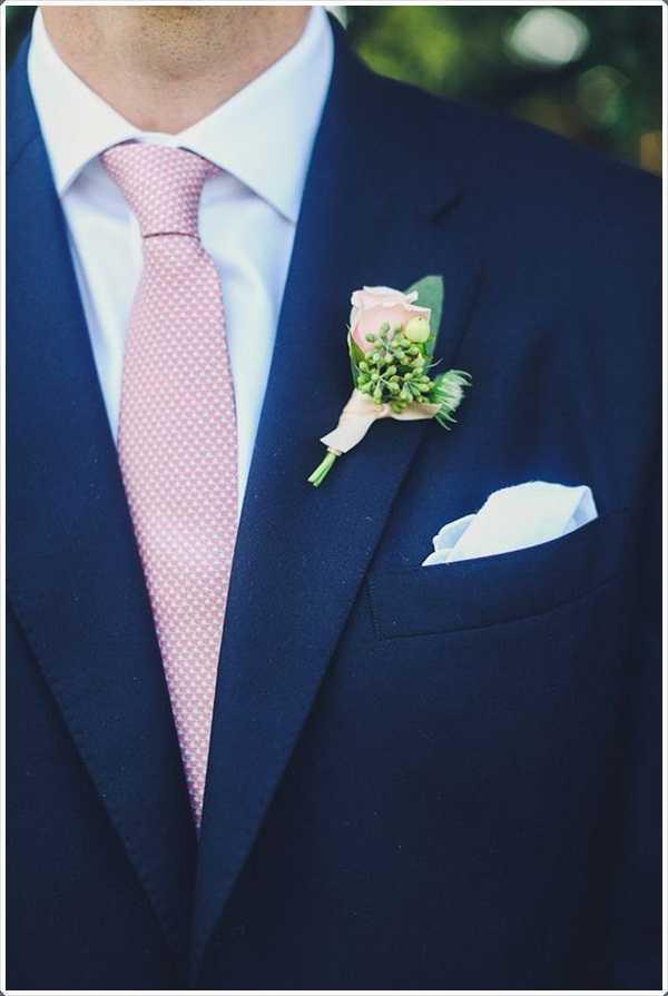 un traje azul desgastado con un lazo de color rosa es notable