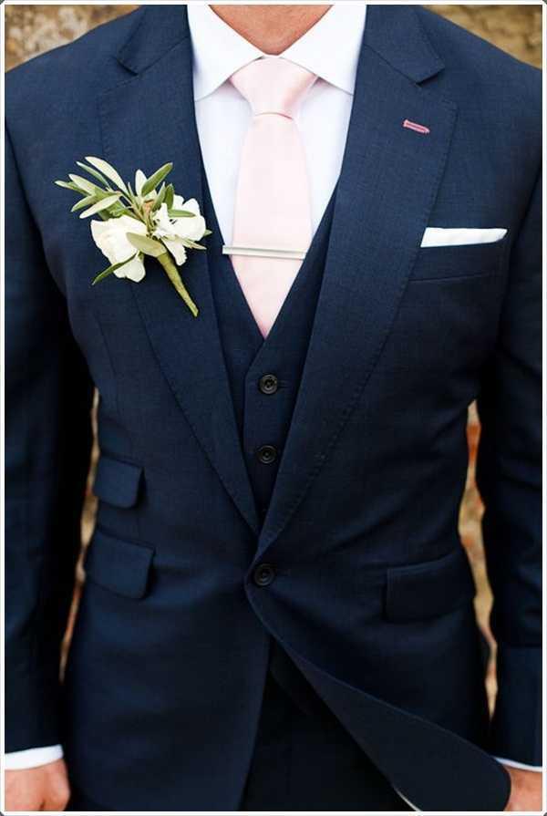 El traje azul se ve realmente fabuloso con un lazo de color rosa